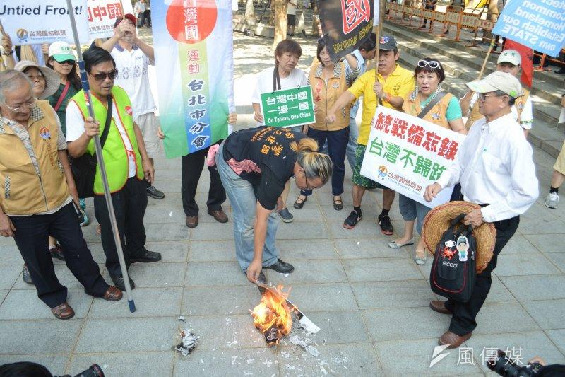 2016-08-23-雙城論壇-台聯-獨派團體場外抗議。(翁俊翹攝)