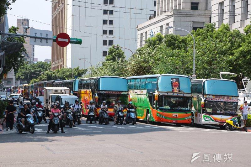 勞動部於7日公布「遊覽車駕駛工作時間檢查參考指引」,勞檢員、雇主和勞工都有所依據。(顏麟宇攝)