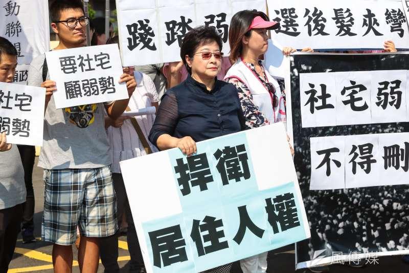 台灣社會福利總盟理事長陳潔如25日高舉「捍衛居住人權」標語,出席「住宅法髮夾彎!抗議行政院退步修法,打壓弱勢居住權益」記者會。(資料照,顏麟宇攝)