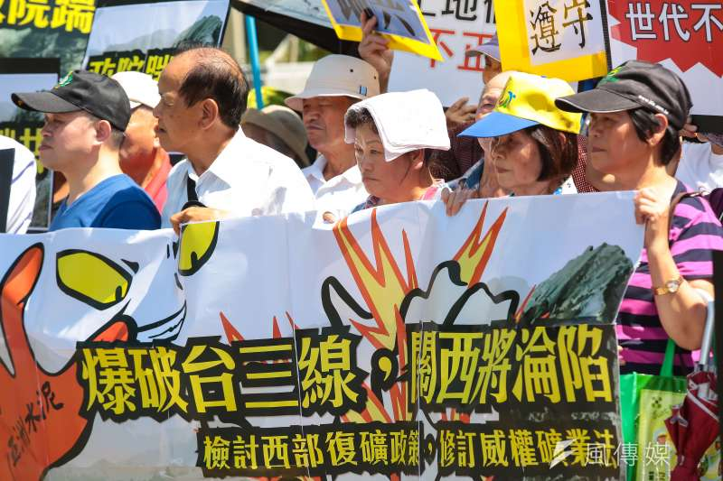 地球公民基金會及新竹關西當地居民26日至行政院前召開「亞泥爆破台三線,新竹關西將淪陷」記者會。(顏麟宇攝)