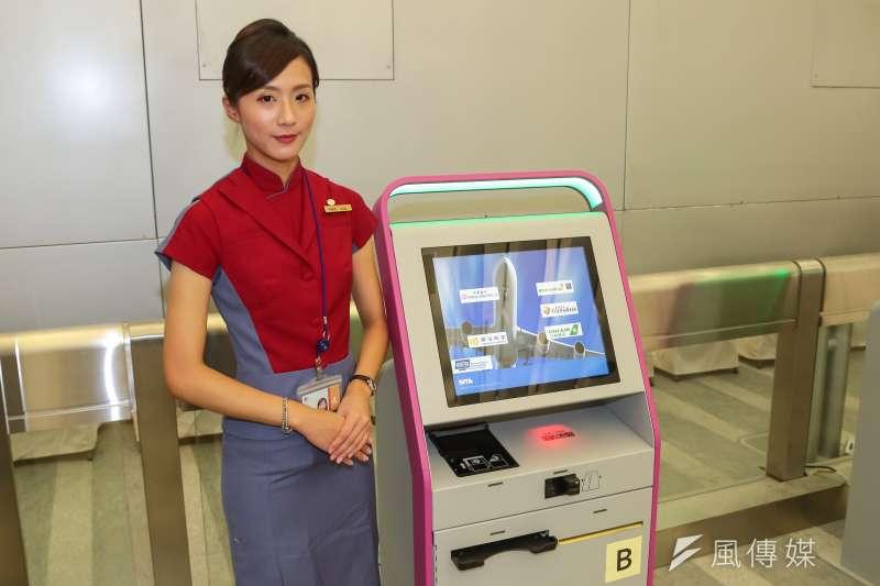 華航為減少旅客重複接觸,臺灣地區暫停機場自助報到機(KIOSK)服務,共同推動防疫安心搭機。(顏麟宇攝)