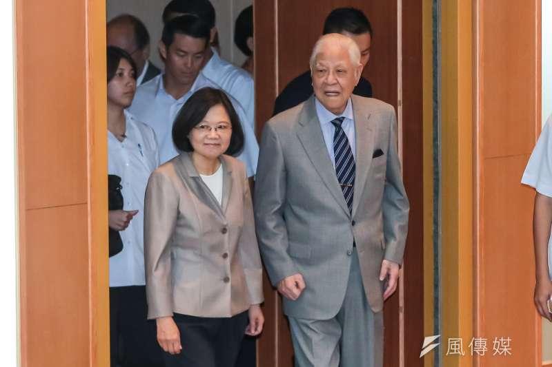 前總統李登輝(右)認為,總統蔡英文(左)「缺少能真正幫助她的人」。(資料照,顏麟宇攝)