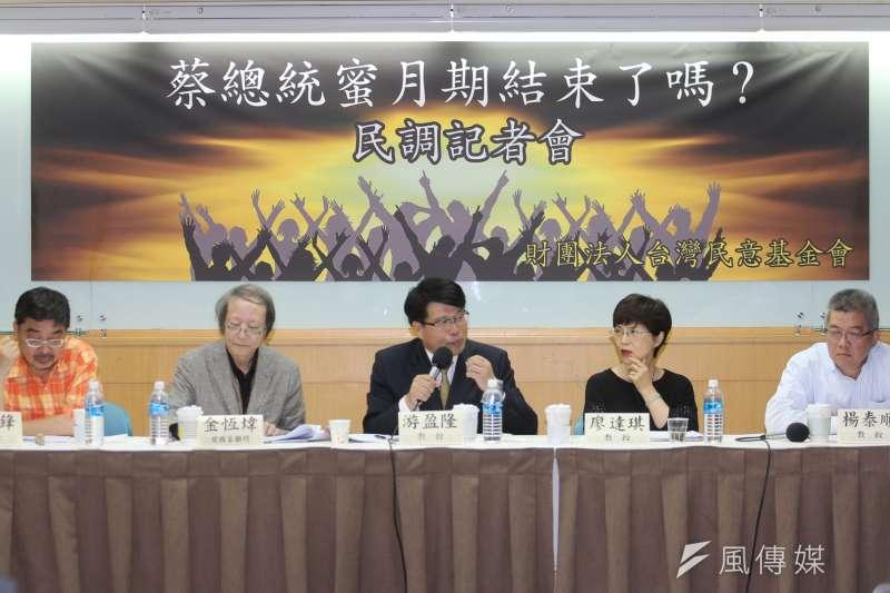 台灣民意基金會舉辦「蔡英文總統蜜月期結束了嗎」全國性民調發表會,邀集學者會談,左起施正峰、金恆偉、游盈隆、廖達琪、楊泰順。(陳明仁攝)