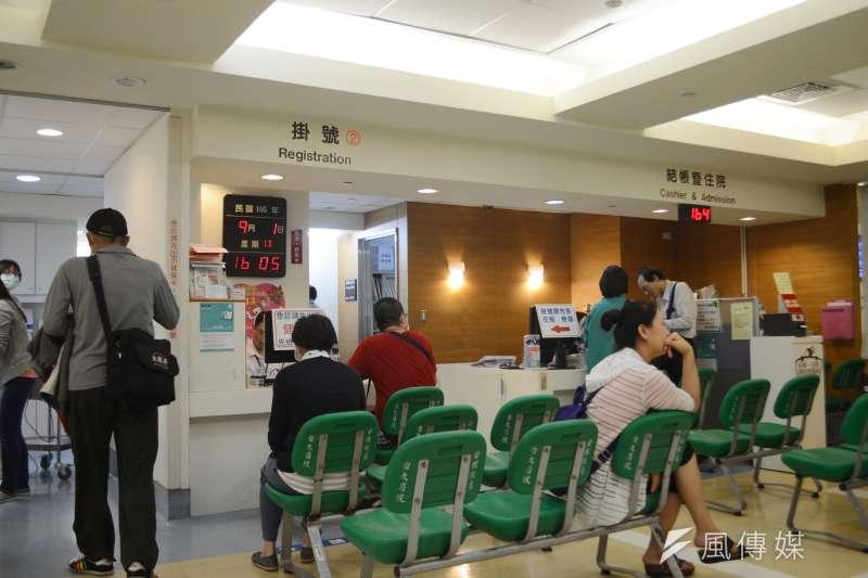 台灣是亞洲第一個實施全民健保的國家。圖為患者等候掛號。(資料照,翁俊翹攝)