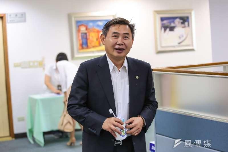 立下該看板的民進黨中央黨部副祕書長李俊毅6日表示,有意競逐下屆市長的現任立委,都不該「呷碗內看碗外」。(資料照,顏麟宇攝)