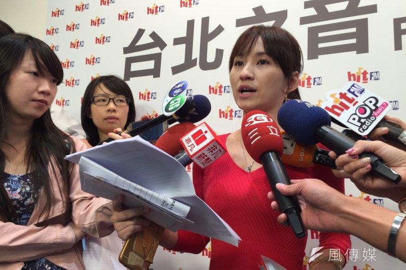 樂陞自救會代表周小姐上廣播節目控訴。(杜兆倫攝)