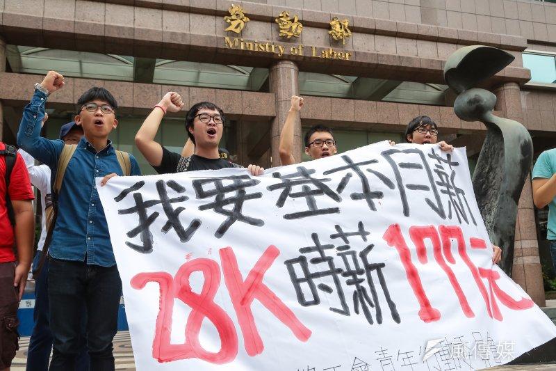 行政院主計總處統計,青年所得倒退至少17到19年。圖為日前高教工會「我要基本月薪28K時薪177元」記者會。(顏麟宇攝)