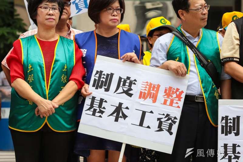 近日有民眾提案連署基本工資調漲至3萬元。提案人表示,調漲薪資可改善台灣多項經濟困境。(資料照,顏麟宇攝)