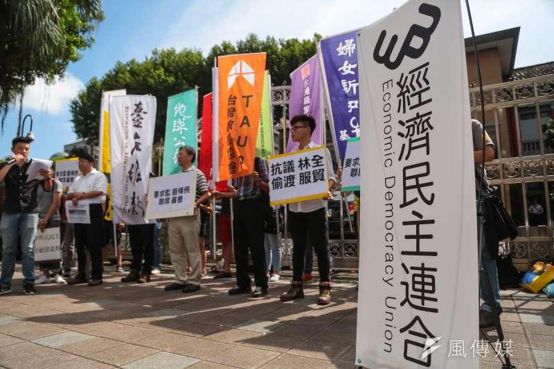 20160913-經濟民主連合13日於立院門口召開「抗議林全偷渡服貿,要求監督條例聯席審查」記者會。(顏麟宇攝)