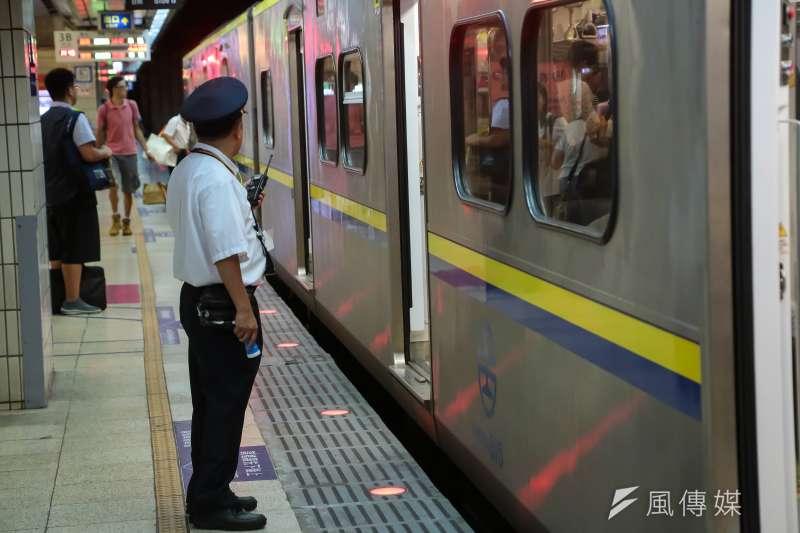 20160915-台鐵站務人員中秋節仍堅守崗位為民服務。(顏麟宇攝)