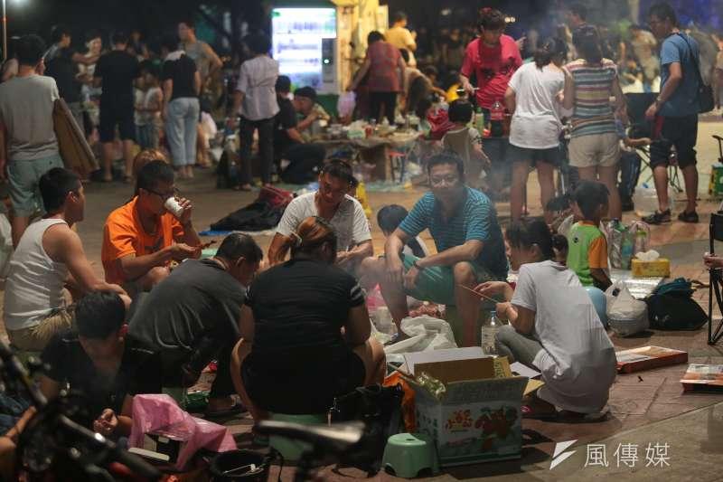 20160915-入夜後民眾紛紛湧入華中橋下,烤肉慶中秋。(顏麟宇攝)