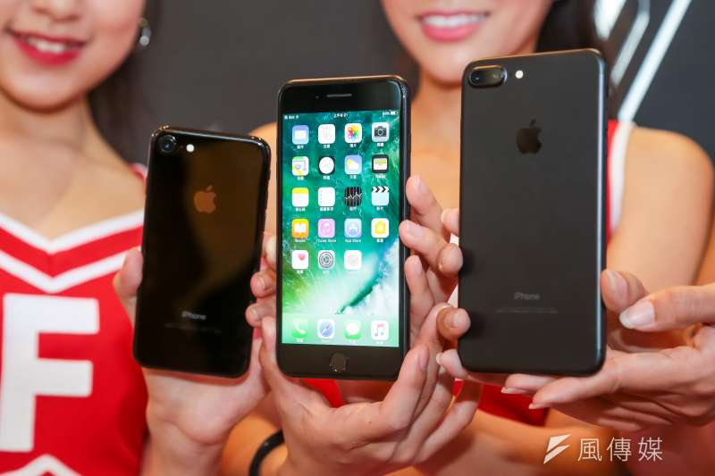 iPhone 7曜石黑(左)與霧黑(右)(顏麟宇攝)