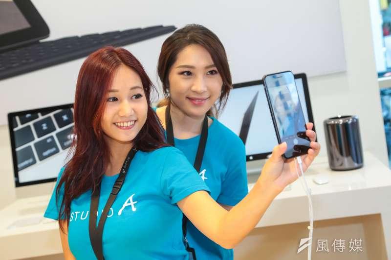 20160916-蘋果專賣店STUDIO A 16日開賣iPhone 7,現場由工作人員負責展是。(顏麟宇攝)