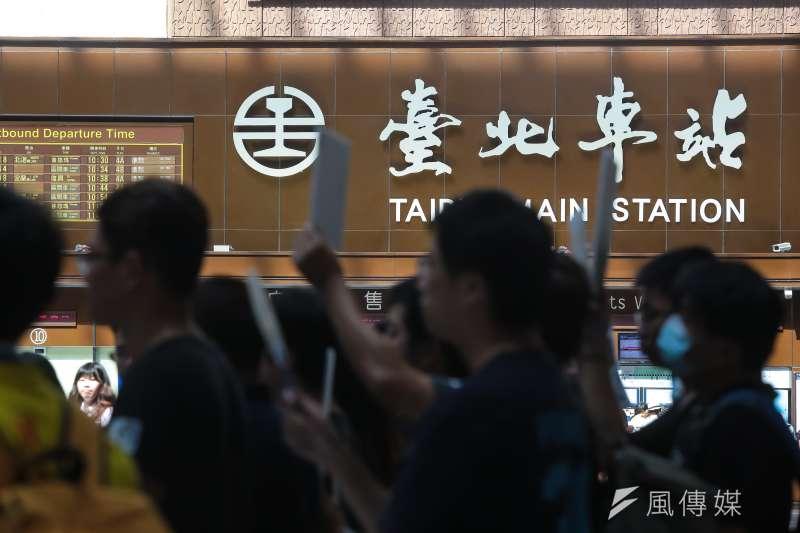 20160916-台灣鐵路產業工會1ˊ6日從台北車站大廳步行至行政院召開記者會,要求台鐵高層補足基層人力需求。(顏麟宇攝)