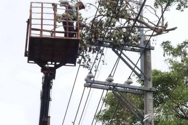據台電統計,至11日凌晨6時為止,全台一度有4萬917戶停電,經過搶修後,已有2萬3162戶復電。(圖為資料照,楊伯祿攝)