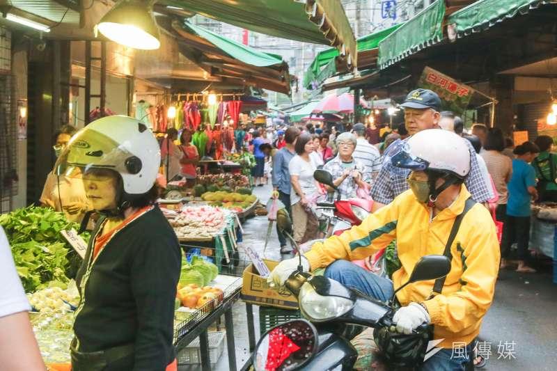 20160918-馬勒卡颱風風雨過後即景.婆婆媽媽們趁著雨歇到菜市場採買補貨一番.(陳明仁攝)
