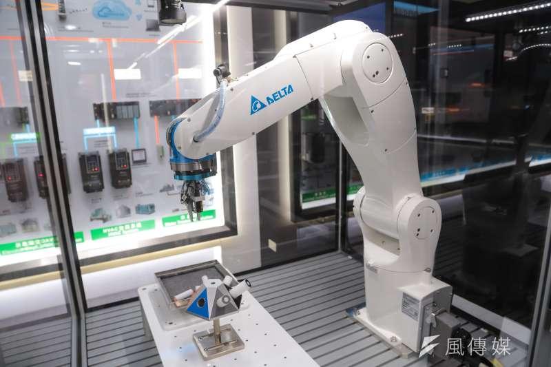 20160920-台達電子展示的六軸機械手臂。(顏麟宇攝)
