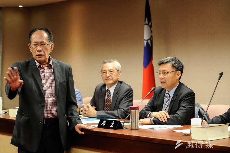內政委員會,宣讀法條時,陳超明不滿並衝上主席台前-甘岱民攝