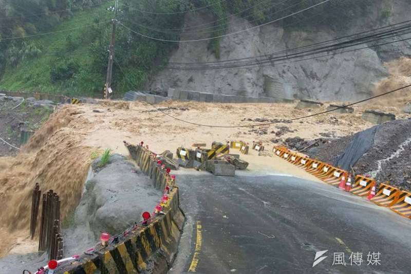 阿里山公路41.7k路面泥濘,養護單位呼籲民眾行經此路段,配合現場保全指揮慢慢通行。(示意圖,圖/新北臉書災害通報)
