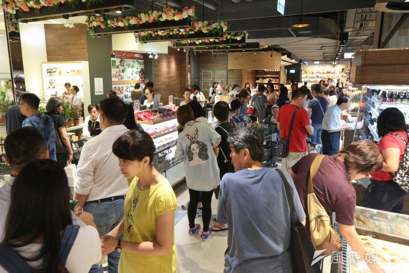 北市因應梅姬颱風,28日續放第二日颱風假,民眾也把握無風無雨的一天,紛紛外出至百貨商場及地下美食街。(顏麟宇攝)