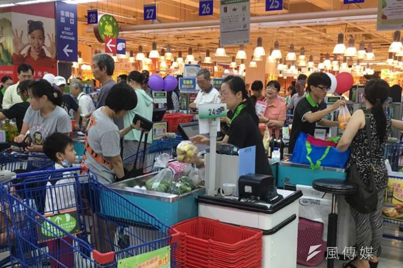 台北市針對大型百貨賣場進行無預警的公共安全檢查,共檢查34間場所,有3間不合格,但經過複查後改善。(資料照,王彥喬攝)