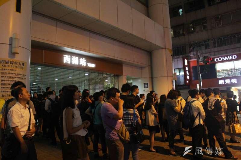 台北捷運公司表示,第99.6億人次於昨日早上8時59分出現在西湖站,所有票投文湖線的民眾可以搶先抽大獎。(資料照,方炳超攝)