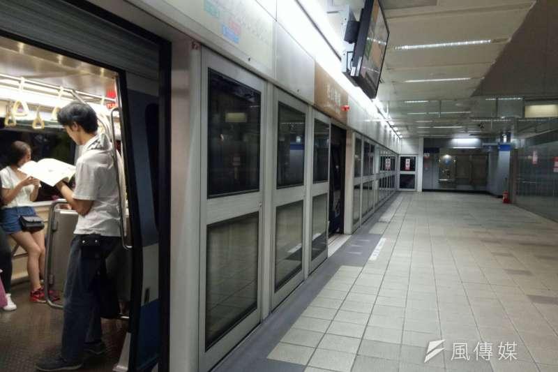 捷運文湖線出狀況,上班族通勤大受影響。(廖绣玉攝)