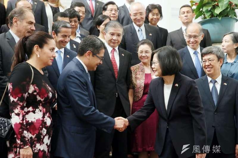 2016年,蔡英文在總統府接見宏都拉斯總統葉南德茲(Juan Orlando Hernández)伉儷(取自總統府網站)