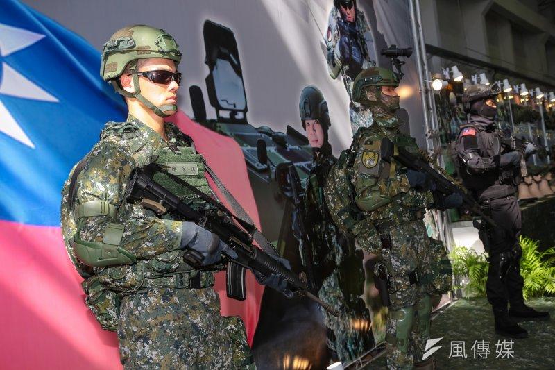 815全台大停電,外界也擔心電力中斷是否會對國軍造成威脅。軍方表示,國軍的通信系統,在戰爭時的確有很大可能會被破壞,因此在最壞的情況下,甚至必須採取傳統方式作戰。圖為國軍地面部隊戰鬥個裝「一般部隊、特戰部隊、特勤部隊型」。(資料照,顏麟宇攝)