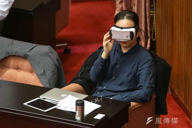 科技政委唐鳳赴立院出席總質詢,休息時間戴上VR虛擬實境眼鏡。(顏麟宇攝)