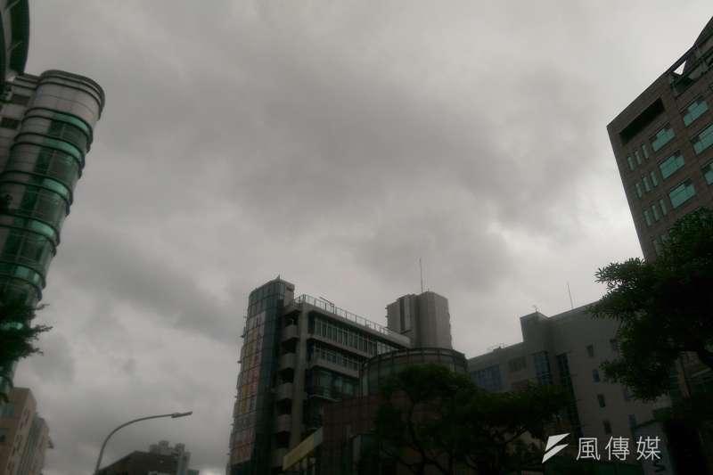 周三又有一波東北季風,北台灣將持續處於陰雨狀態。(資料照片,風傳媒)