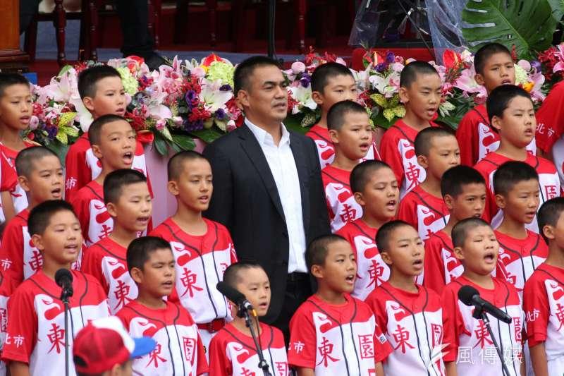 中華民國105年度國慶典禮,由陳金鋒偕同東園國小棒球隊領唱國歌。(顏麟宇攝)