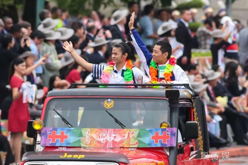 圖為許淑靜及教練蔡溫義出席中華民國105年國慶大會。(資料照片,顏麟宇攝)