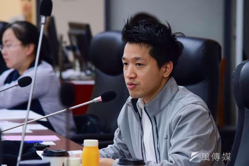 台北市議會教育委員會13日進行專案報告蕭曉玲案,議員何志偉質詢。(陳伯聖攝)