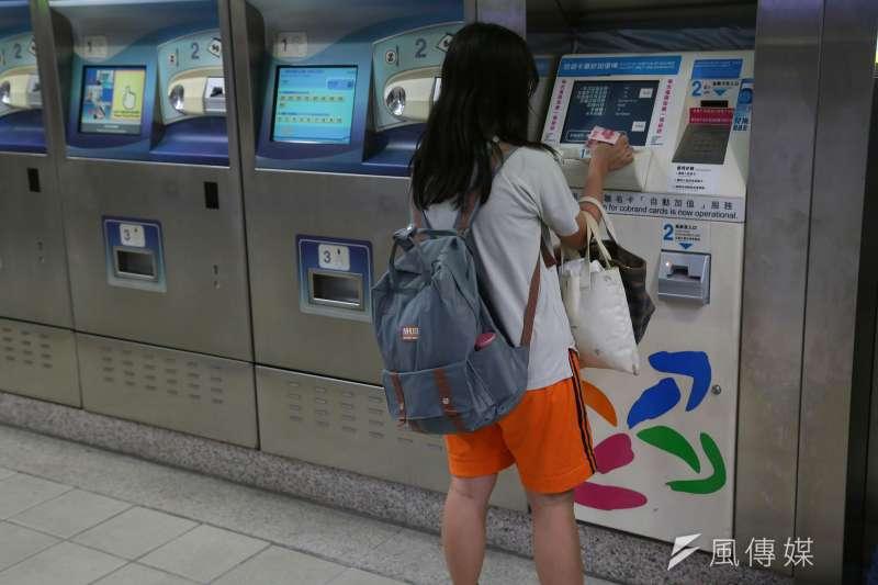 進入虛擬貨幣時代,透過現金儲值,更可讓孩子更了解電子貨幣的意義。(顏麟宇攝)