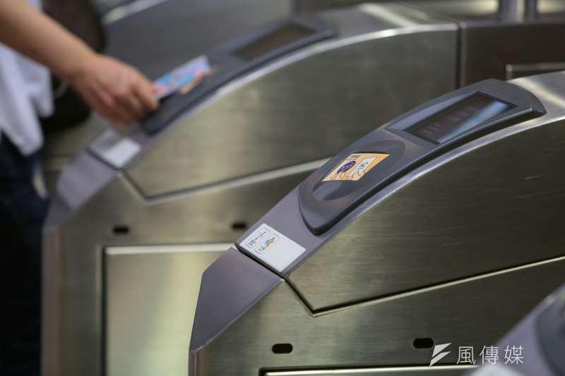 20161021-悠遊卡配圖-台北捷運票口,目前已可使用一卡通。(顏麟宇攝)