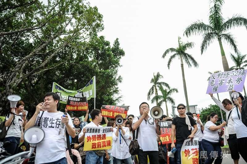 「反就服法52條」全國仲介業者聚集在立法院前,抗議就服法52條修正案,並隔空嗆聲移工團體-甘岱民攝