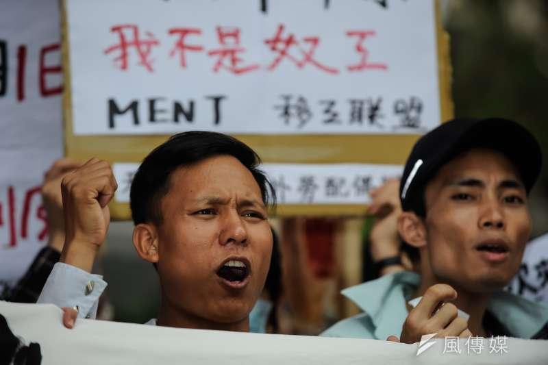 台灣國際勞工協會在立法院正門舉辦「移工剝皮記者會」,在場移工呼喊著口號-甘岱民攝