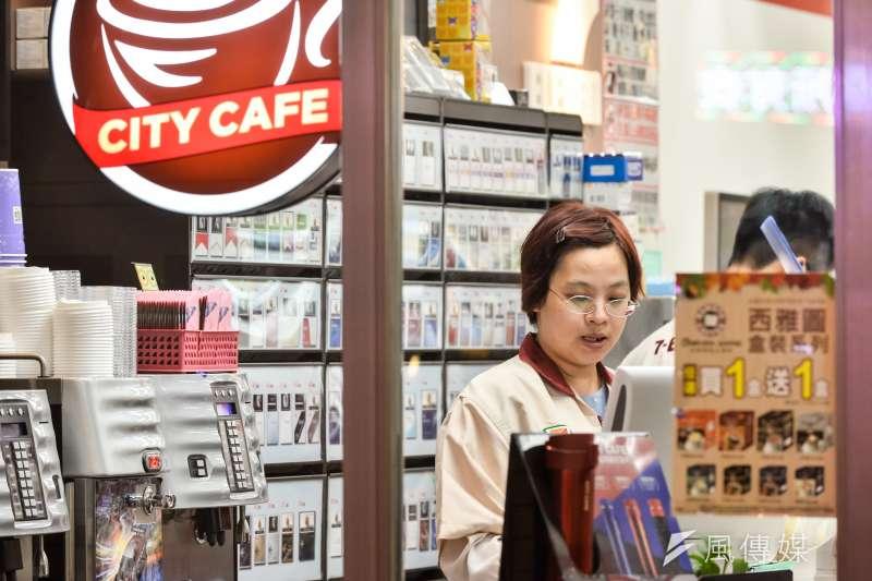 便利商店店長表示,因應「一例一休」新制限制,為減輕負擔,已有假日生意不理想的店家考慮週休二日。圖為示意圖,非該店家。(資料照,甘岱民攝)