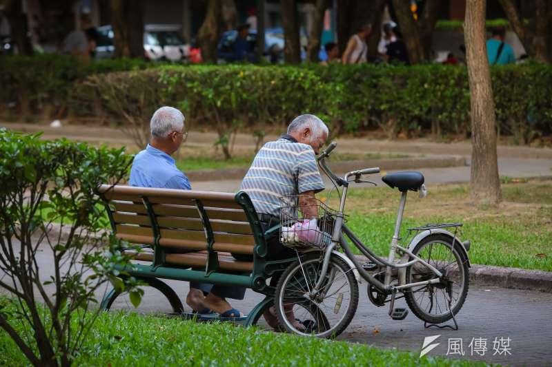 竹市列冊獨居老人逾半比率能取得中低收入資格,以及半年內平均每名老人接受志工關懷服務231次,在全國22縣市中拿下「雙冠王」。(資料照,顏麟宇攝)