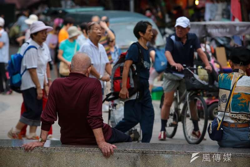 今年起台灣將正式邁入高齡社會,惟依疾病盛行率推估,國內失智老人人口也將突破25萬大關。圖為示意圖,非當事人。(資料照,顏麟宇攝)