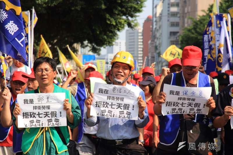 2016-10-25-勞團立法院外抗議砍7天假05-勞基法-曾原信攝
