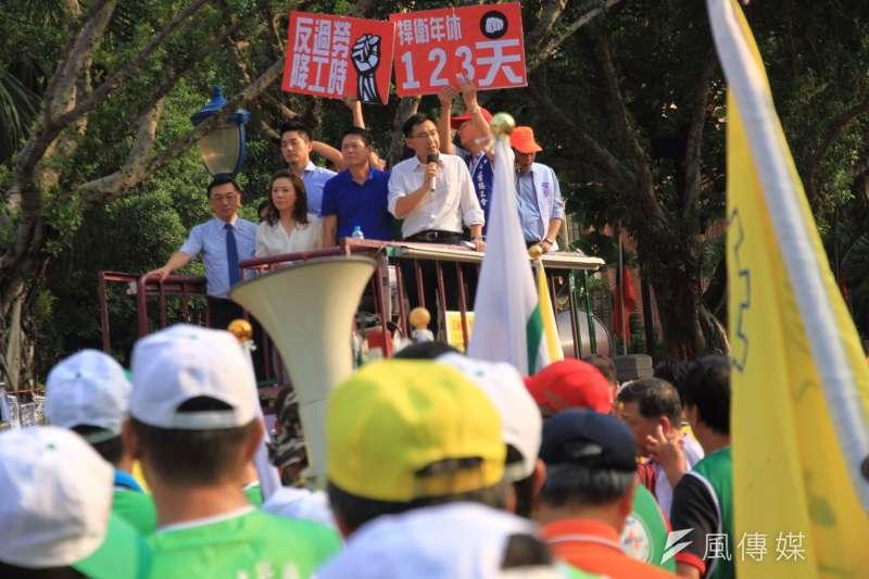 2016-10-25-勞團立法院外抗議砍7天假-勞基法-國民黨出面承諾反砍假-曾原信攝