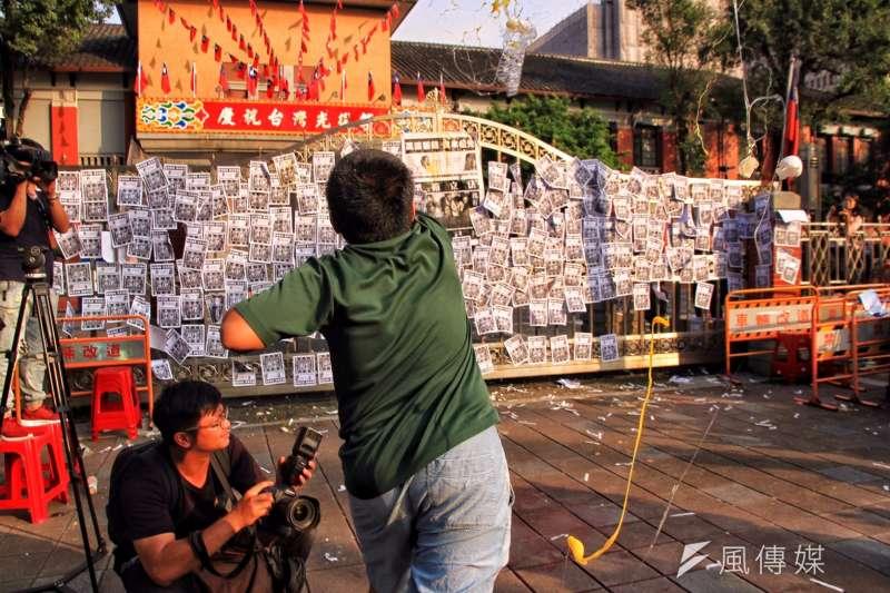 勞團立法院外抗議砍7天,砸雞蛋抗議。(曾原信攝)