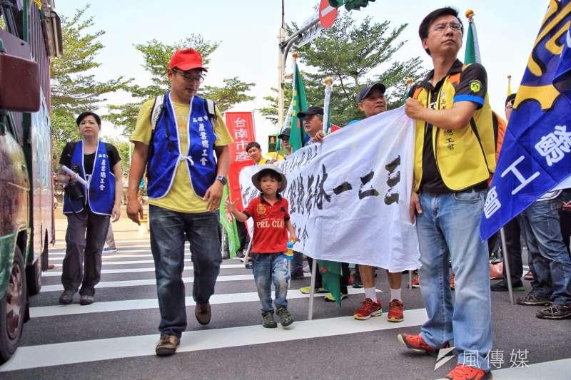 2016-10-25-勞團立法院外抗議砍7天假02-勞基法-曾原信攝