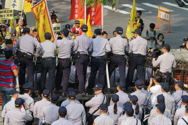 民進黨砍七天假,勞工及市民朋友走上街頭,警察與勞團對峙。勞團、立法院、抗議、反七天假。(陳明仁攝)