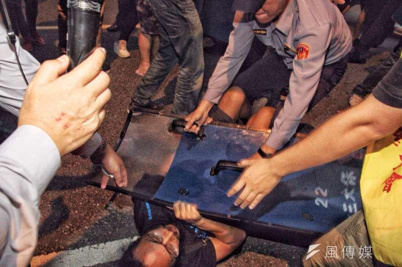 20161025-SMG0045-019-勞團立法院外抗議砍7天假,華潔工會林莊周受傷送醫,工會成員欲探視傷者,遭警方盾擊。(曾原信攝)