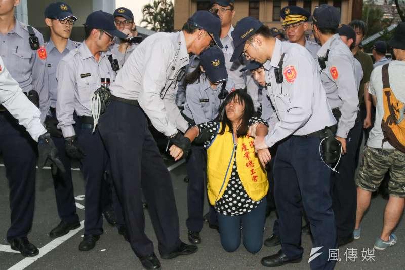 20161025-SMG0045-026-勞團立法院外抗議砍7天假,內部工人被警方架出。(陳明仁攝)
