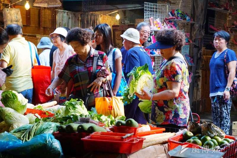 近來蔬果價格波動,菜價上漲,圖為民眾逛菜市場採買。(盧逸峰攝)