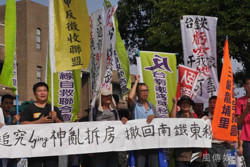 反南鐵東移自救會先前曾赴行政院抗議。(洪與成攝)